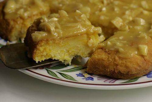 Тыквенный пирог с ириской Пирог получился очень сладким, а ириска просто отличная. Кексовое тесто любит фрукты. Их можно класть целиком, можно резать на кусочки, а можно вообще натереть на терке. Тертыми хорошо получаются тыква и яблоко.  Такое тесто замешивается просто - 100 грамм масла взбить с парой ложек сахара, добавить два яйца, а потом поочередно муку и фрукты, пока не получится тягучее тесто. Возможны вариации - если тесто густое, добавить сметаны или йогурта, ...