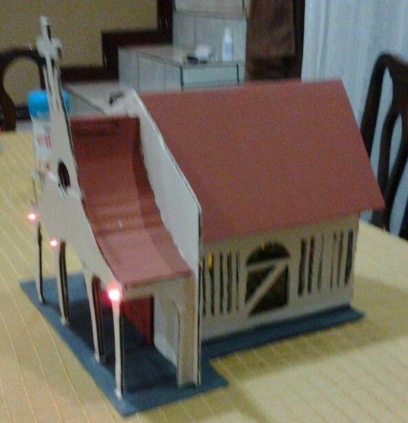 Iglesia hecha con carton reciclado