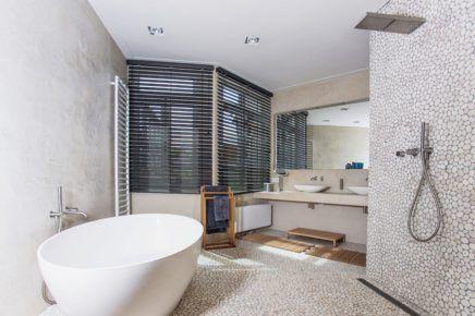 Moderne landelijke badkamer met natuurlijke materialen