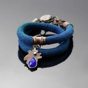SPLASH! BRANSOLETKA Z KOBALTOWĄ KROPLĄ. Efektowna bransoleta zawijana na rękę, wykonana z miedzi, srebra, lnu i szklanej kropli. Samodzielnie barwiony lniany sznur o morsko – zielonym kolorze ozdabia zawieszk z kobaltową łzą. Idealny prezent na każdą okazję: urodziny, imieniny, walentynki, pod choinkę.