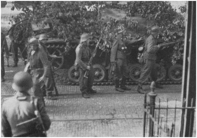 Dinsdagmorgen, 19 september, een Duitse Stug III rukt op door Arnhem