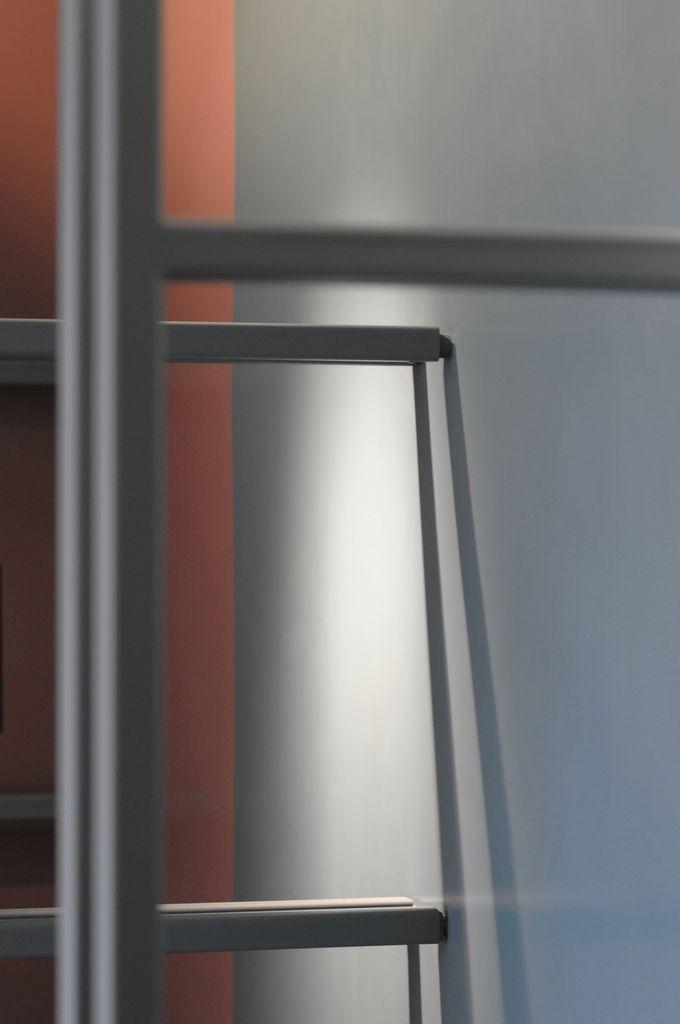 L'intervento si è basato sulla tinteggiatura delle pareti interne di una vecchia abitazione degli anni '70. La scelta della committenza è ricaduta su materiali ad alte prestazioni, adatti a qualificare un ambiente moderno e di tendenza. A tale scopo sono stati utilizzati pitture lavabili e smalti murali, rigorosamente ad acqua, nel pieno rispetto ambientale.