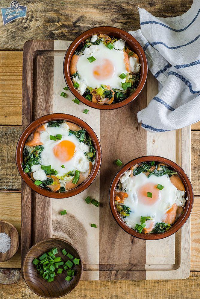 Jajka w kokilkach z łososiem i szpinakiem