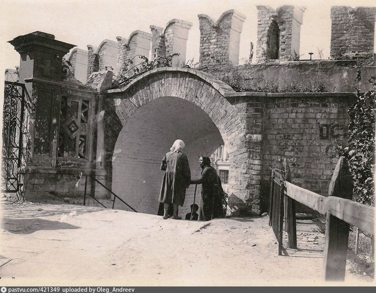 Никольский тупик с проломной калиткой в Китайгородской стене 1920-1925