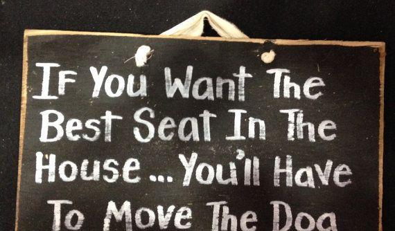Als u wilt dat de beste zitplaats in het huis hebt u tot het verplaatsen van het hout teken hond  Deze handgemaakte sign door Trimble ambachten meet ongeveer 7 x 11 breed hoog en is beschikbaar in de schuur rood, antiek wit of zwart. Wordt geleverd met stof hanger.  Meeste bestellingen schip IN voorraad en klaar voor schip... de volgende dag.