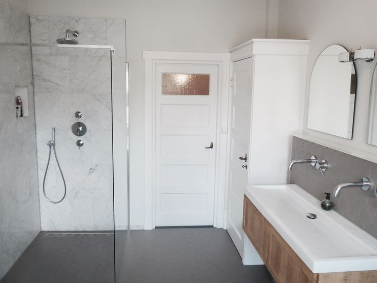 Jaren 30 Huis: Hexagonal Ceramic Floor Tiles, Free Standing Bathtub, Marble  Walls,