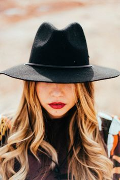 wide brim hat and red lips  | http://www.lauryncakes.com