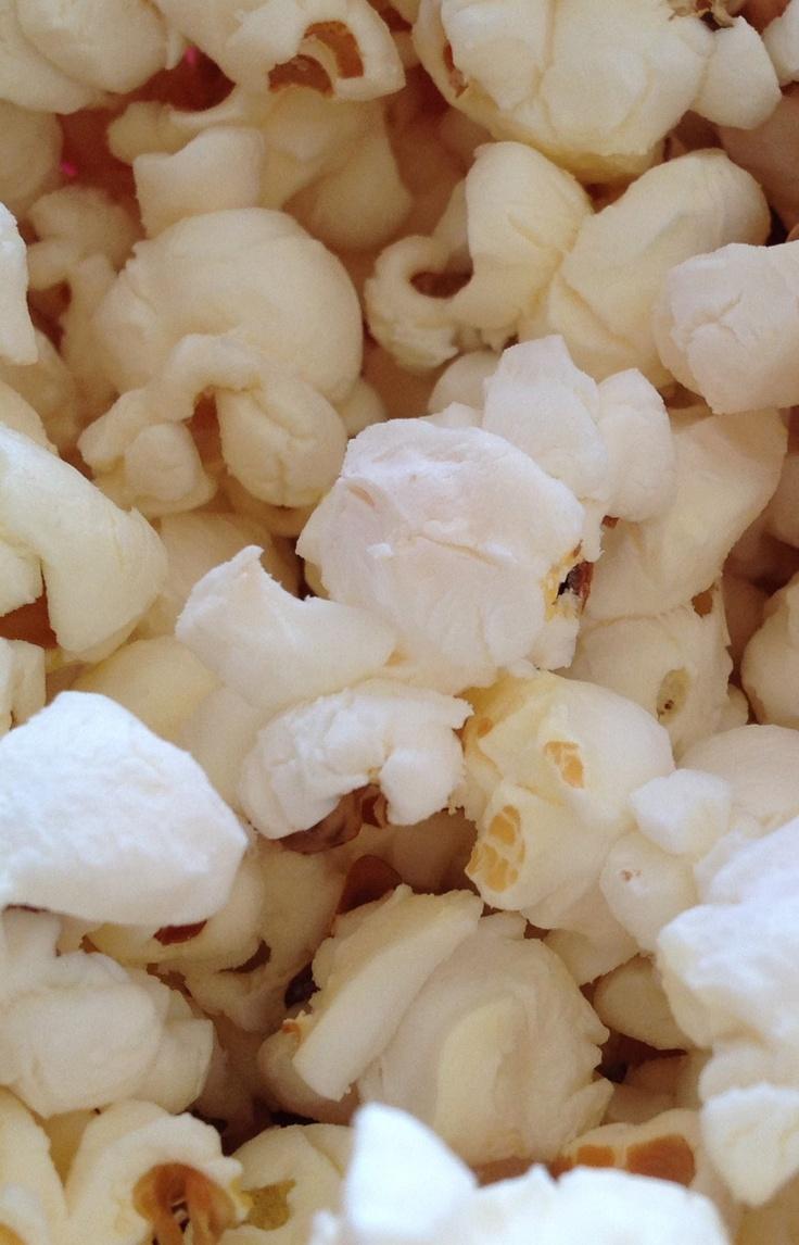 Popcorn op het fornuis. 50 gram popcorn maïs, olie, boter en een smaakmaker zoals zout, suiker oid. Bedek de bodem van de pan met olie, doe er twee maïskorrels in en zet de pan op hoog vuur. Zodra een van de korrels poft is de pan op temperatuur. Voeg dan de overige maïs toe. Deksel op de pan! Wacht tot de maïs minder frequent poft (ongeveer 2 per sec) en zet dan het vuur uit. Laat het een paar minuten staan. Smelt 2 el boter giet het met het zout oid over de popcorn, af en toe goed…