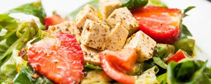 Heerlijke kaas van tofu, als feta met frisse vinaigrette, salade en aardbei