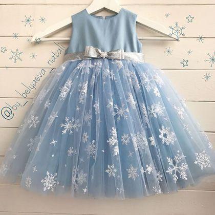 Купить или заказать Новогоднее платье для принцессы в интернет-магазине на Ярмарке Мастеров. Очень пышное, летящее нежное платье для снежной королевы! Серебристые снежинки на небесно-голубом! В этом платье ваша малышка будет блистать на новогодней фотосессии или утреннике! Платье полностью на хлопковой подкладке. Повтор в любом размере! Длина по желанию, возможен пошив платья с рукавчиками. Доступны к заказу: розовый, белый, голубой.