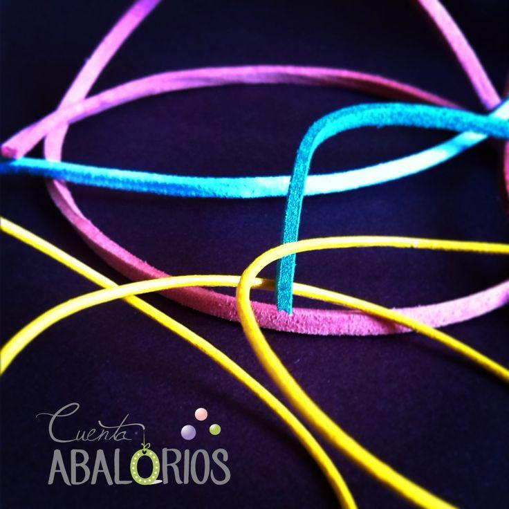 Cordones de colores que encontrarás en nuestra tienda. Antelina, cuero y algodón encerado. www.cuentaabalorios.com