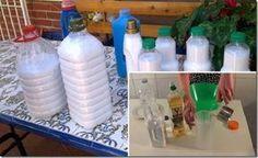 10g de bicarbonato de sódio 200 ml de água quente 800 ml de vinagre de maçã 20 gotas de óleo essencial garrafa plástica de 3 l.  Misture o bicarbonato de sódio, a água quente e o vinagre de maçã no recipiente de plástico.  Atenção: o recipiente precisa ser grande o suficiente, pois o resultado final é volumoso. Você verá uma reação química dos ingredientes, pois muitas bolhas se formarão. Coloque a solução numa garrafa vazia de amaciante e acrescente o óleo essencial.