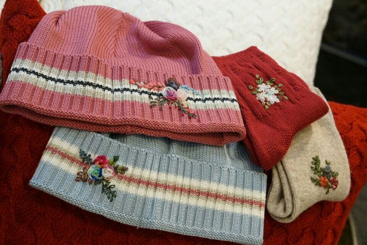 모자와 양말에 작은꽃들이 폈어요
