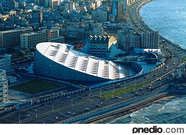 İskenderiye Kütüphanesi - Mısır 2002 yılında tamamlanan yapı, milattan önce üçüncü yüzyılda inşa edilen klasik İskenderiye Kütüphanesinden esinlenerek tasarlanmış. Disk şeklindeki yapının Akdeniz'den yükselen ikinci bir güneşi temsil ettiği belirtiliyor. Kütüphanenin raflarında 8 milyon kitap bulunuyor.