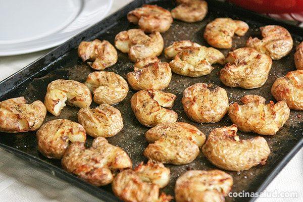 Patatas al horno aplastadas, ummm, crujientes por fuera y tiernas por dentro...