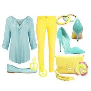 Голубые туфли, желтые брюки, голубая рубашка, желтая сумочка, яркая бижутерия