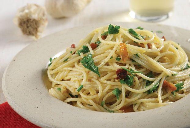 Σκορδομακάρονα από την Αργυρώ Μπαρμπαρίγου   Μακαρόνια με σκόρδο και λάδι ή aglio olio e peperoncino αλά Ιταλικά. Η πιο εύκολη Ιταλική συνταγή για σπαγγέτι