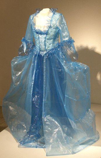 vestido-de-plastico-transparente