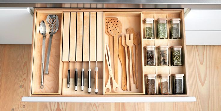 The interior organization system in bulthaup b1 is made from high-quality, solid birch wood. Various inserts and containers that come in widths of 15, 22 and 30 cm can be combined for all drawers and pull-outs. You can choose inserts for spices, knives, cutlery and utensils.