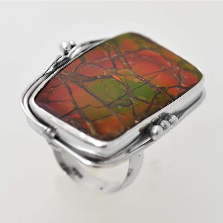 Inel din argint realizat manual cu amolit, gemă organică alături de perlă, fildeș și coral, unică de fiecare data prin modul de dispunere a culorilor și reflexele diferite în funcție de lumină. Cod produs: VI5769 Greutate: 15.41 gr. Lungime: 3.50 cm Lățime: 2.50 cm Circumferință inel: 55 mm Piatră: AMOLIT