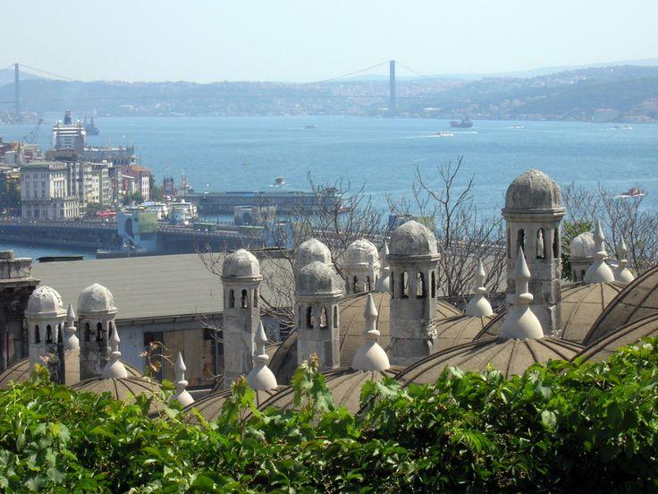 FOTO ORIGINAL. Las cúpulas de Estambul Foto realizada con Una Nikon F80. Punto f/8,2, ISO 50 y con Una Longitud focal de 35 mm a 122.