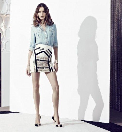 Dalla collezione primavera estate 2013 di abbigliamento Elisabetta Franchi, camicia in jeans e gonna con frange.i