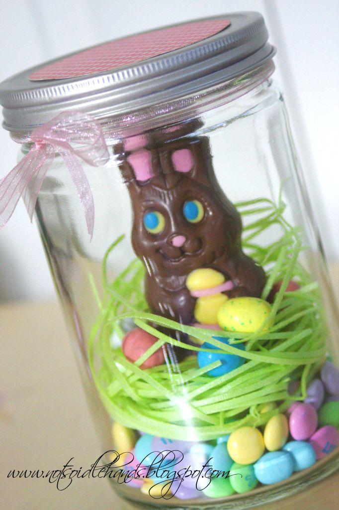 Un lapin en chocolat dans un pot pour la décoration.  10 Décorations de Pâques avec des bocaux en verre