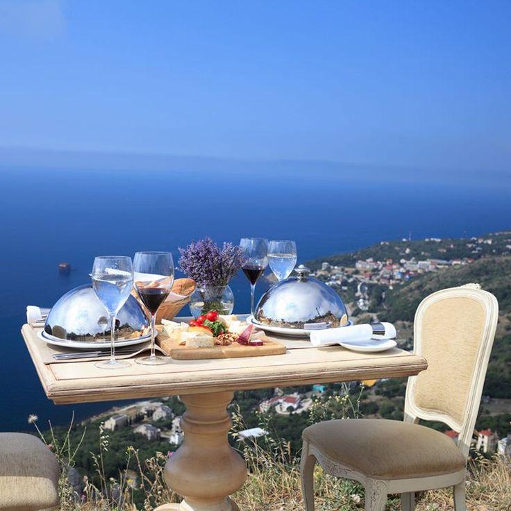 Завтрак на винограднике? Обед в старинном парке? Романтический ужин в горах с видом на огни Большой Ялты? Выбирайте локацию, и наслаждайтесь красотой Крыма и незабываемой атмосферой Вашего события.