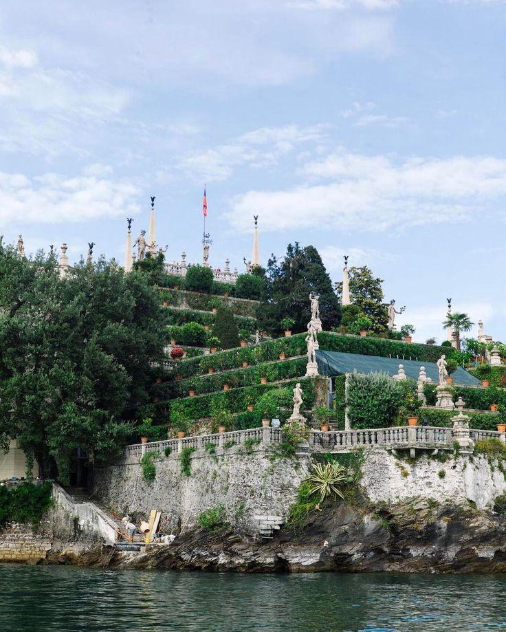 Висячие сады  удивительное явление в архитектуре представляющее собой небольшой сад находящийся на крышах сооружений или специально возведенных террасах  Изола-Белла - это комплекс состоящий главным образом из дворца и садов находящиеся на озере Лаго-Маджоре в регионе Пьемонт в 400 метрах от городка Стрезы. Особый вид острову придает окружающая среда - преимущественно крутые и высокие живописные берега окруженные Ломбардскими Альпами. Кроме острова Изола-Белла озеро Лаго-Маджоре также…