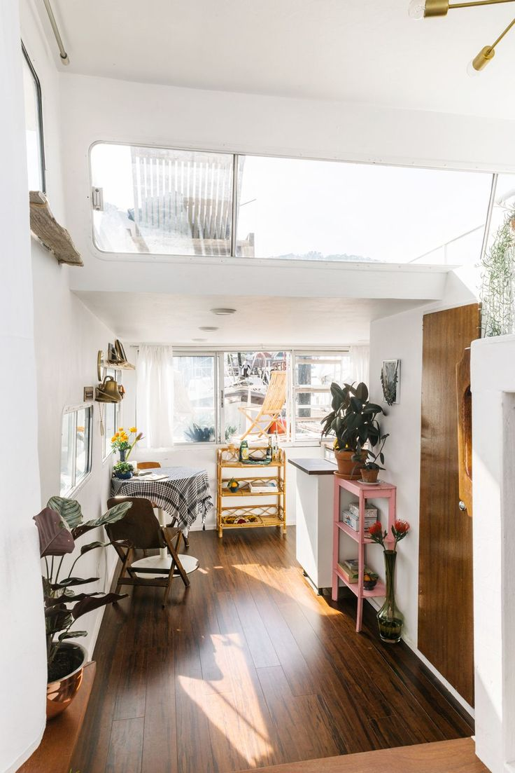 What Living On A Boat Is REALLY Like #refinery29 http://www.refinery29.uk/kyleigh-kuhn-houseboat#slide-12 Would you look at that light? The view from the bed opens up to the adorable little kitchenette....