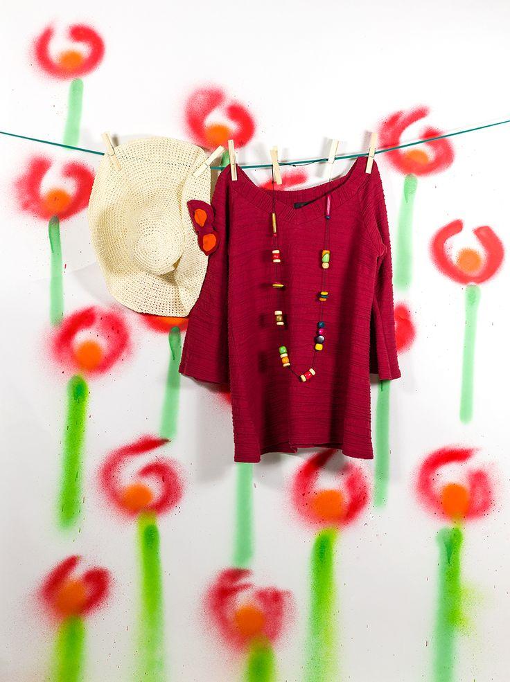 Camiseta roja larga de la colección Salines, con collar y sombrero a juego. #InstintoBCN #100%Algodón #ModaSostenible