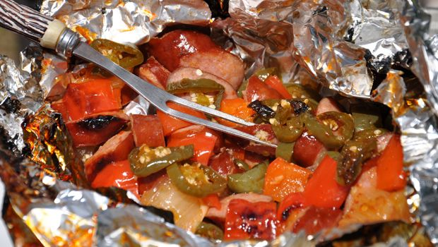 Camping Foil Pack Recipe: Smoked and spicy smoked sausages and vegetables   – Camping goodies