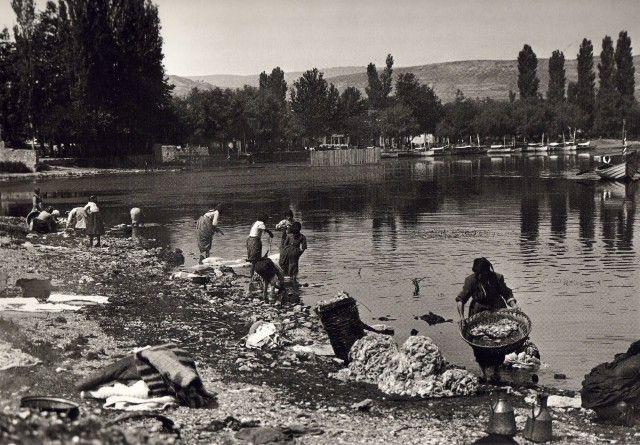 Aθήνα 1920 -Γυναίκες πλένουν ρούχα στο ποτάμι, παιδιά παίζουν στις λάσπες στην Πλάκα -Η συγκλονιστική Ελλάδα που δεν υπάρχει πια [εικόνες]   iefimerida.gr