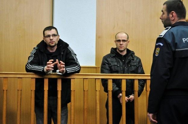 Doi frați din Republica Moldova au fost arestați de judecătorii băcăuani în cazul uciderii, acum doi ani, a unui om de afaceri din localitate. Cei doi sunt acuzați că au instigat mai multe persoane din Republica Moldova să pătrundă în locuinţa lui Valeriu Damian pentru a-i sustrage bani, după care l-au ucis.