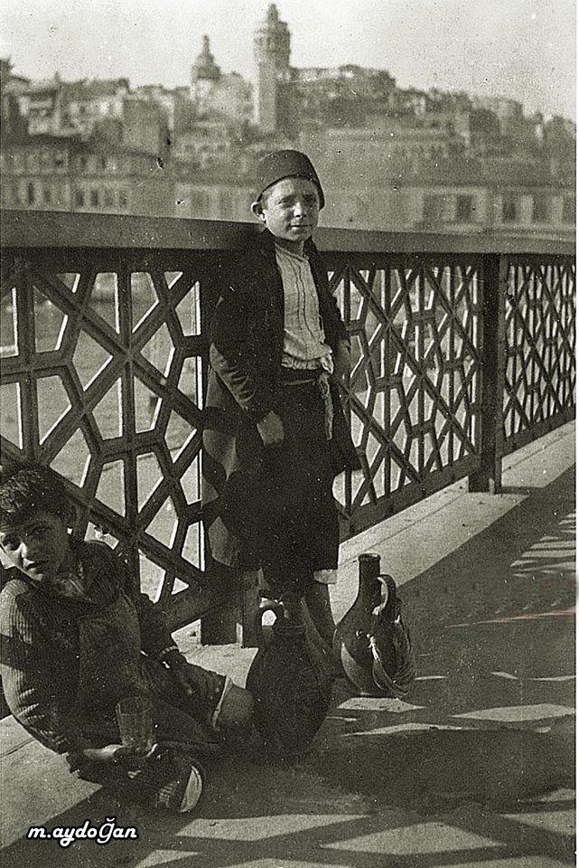 istanbul galata bridge water sailer child - İstanbul Galata köprüsü 1917 Su satan çocuklar