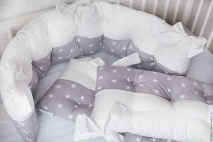 Купить или заказать Бортики для детских кроваток 4 шт в интернет-магазине на Ярмарке Мастеров. Бортики для детской кроватки 120х60см. или овальной 360 см на тканевых завязках Комплект 4 мягких бортика (120х30см) и (60x30) - 5500 руб К бортикам так же есть Лоскутное одеяло - покрывало в цвет комплекта (125x85 см) - 3500…