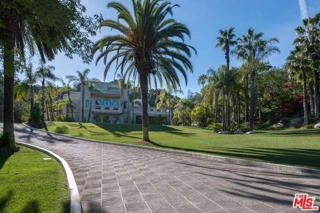 @kwpacificplaya In Benedict Canyon, minutes from Rodeo Drive and behind a guarded gate, an incomparable equestrian dream unfolds across sixteen magnificent acres.