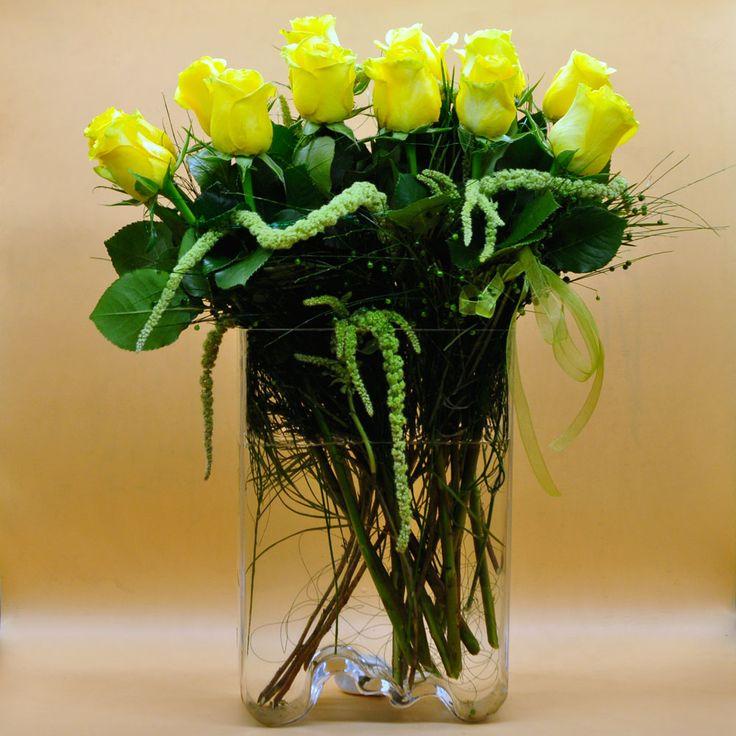 Vazoda Sarı Güller  Kullanılan Malzemeler: İthal Sarı güller ve Cam Vazo