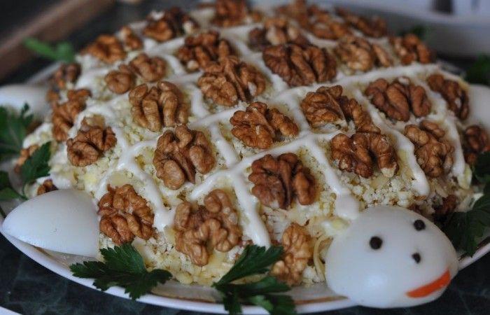 """Салат """"Черепаха"""" с курицей и грецкими орехами http://mirpovara.ru/recept/3206-salat-cherepaha-s-kuricej-i-greckimi-orehami.html  Рецептов приготовления салата """"Черепаха"""" существует множество. Его часто готовят с рыбой, черносливо...  Ингредиенты:  Для салата  • Филе куриное отварное - 250г. • Орехи грецкие - 200г. • Яйцо отварное - 3шт. • Сыр твердый - 150г. • Яблоки - 100г. • Лук репчатый - 1шт. • Майонез - по вкусу • Соль - по вкусу  Для украшения  • Яичный белок - 1шт. • Перец горошком…"""