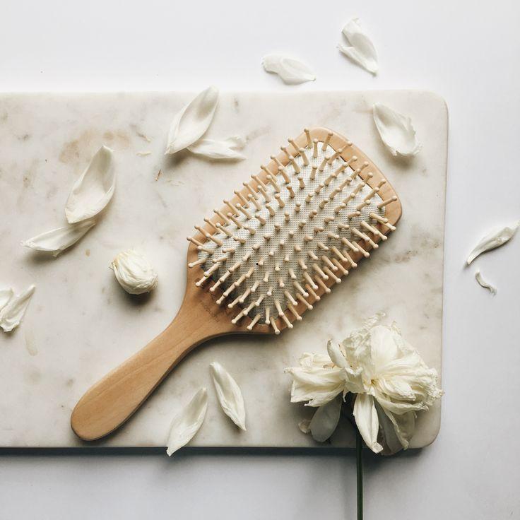 Brosse à cheveux en bois écologique. Wood hair brush.  Les pics en bois naturel aident à revitaliser les cheveux et distribuent également les huiles naturelles produites par ceux-ci sur l'ensemble de la chevelure.   Les pics de bois sont très doux et durables. Puisqu'ils sont larges, il y a moins de chance de briser ses cheveux lors du brossage. Les pics en bois ne produisent pas de statique (contrairement aux brosses en plastique).