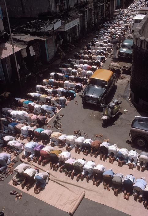 Muslims praying in front of the Raudat Tahera mosque in Bhendi Bazaar 1980 Bruno Barbey