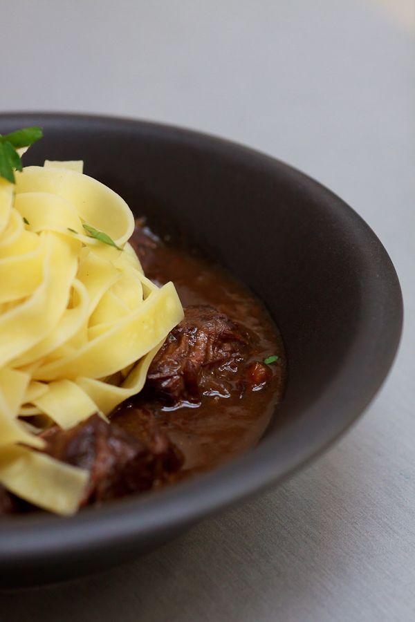 Leckeres Rindfleisch geschmort in Rotweinsauce mit Gemüse - oder auf französisch: Boeuf Bourguignon.