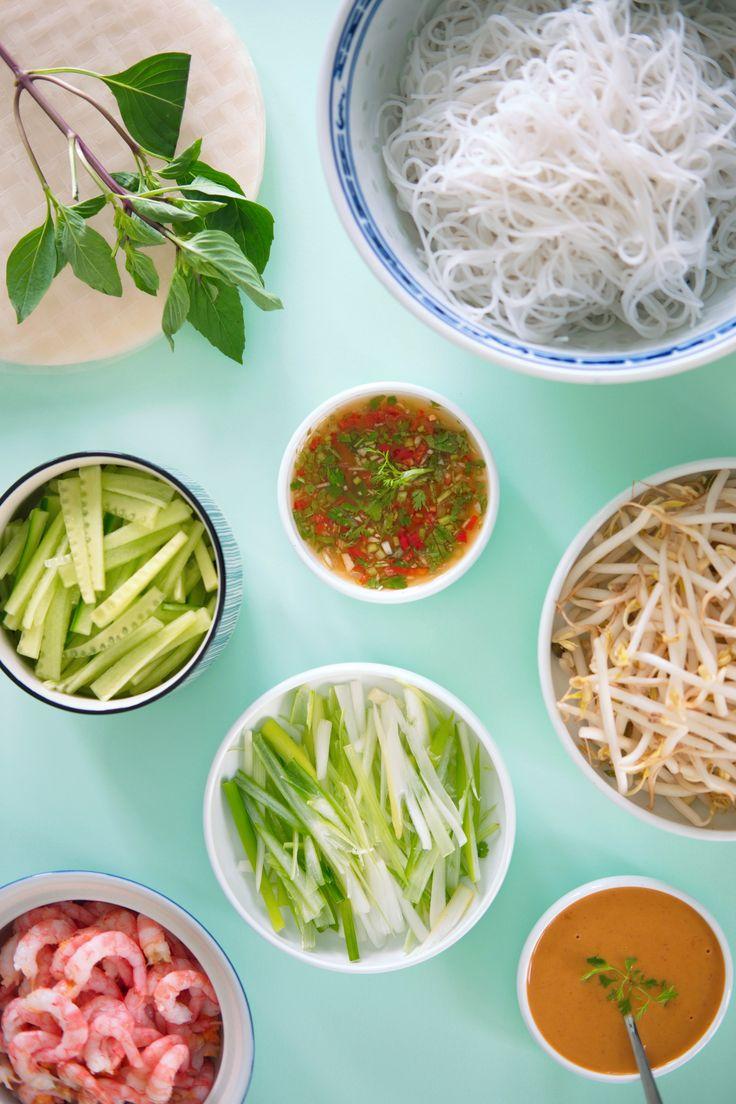 Vietnameser i sommerklær Ferske vietnamesiske sommerruller er superenkle og morsomme å lage og så vanedannende gode, at du ikke vil klare å slutte å spise. Her får du oppskriften på vårruller, dipp og sataysaus http://www.gastrogal.no/vietnamesisk-sommerrull/ #Bønnespirer, #Koriander, #NuocCham, #Reker, #Risnudler, #Rispapir, #Salat, #Sataysaus, #Skalldyr, #Sommerrull, #Vårløk, #Vårrull, #Vegetarisk, #Vietnamesisk, #VietnamesiskVårrull
