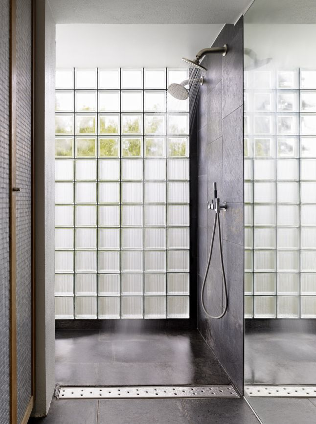 17 best ideas about glass blocks wall on pinterest glass for Pared que deja pasar la luz