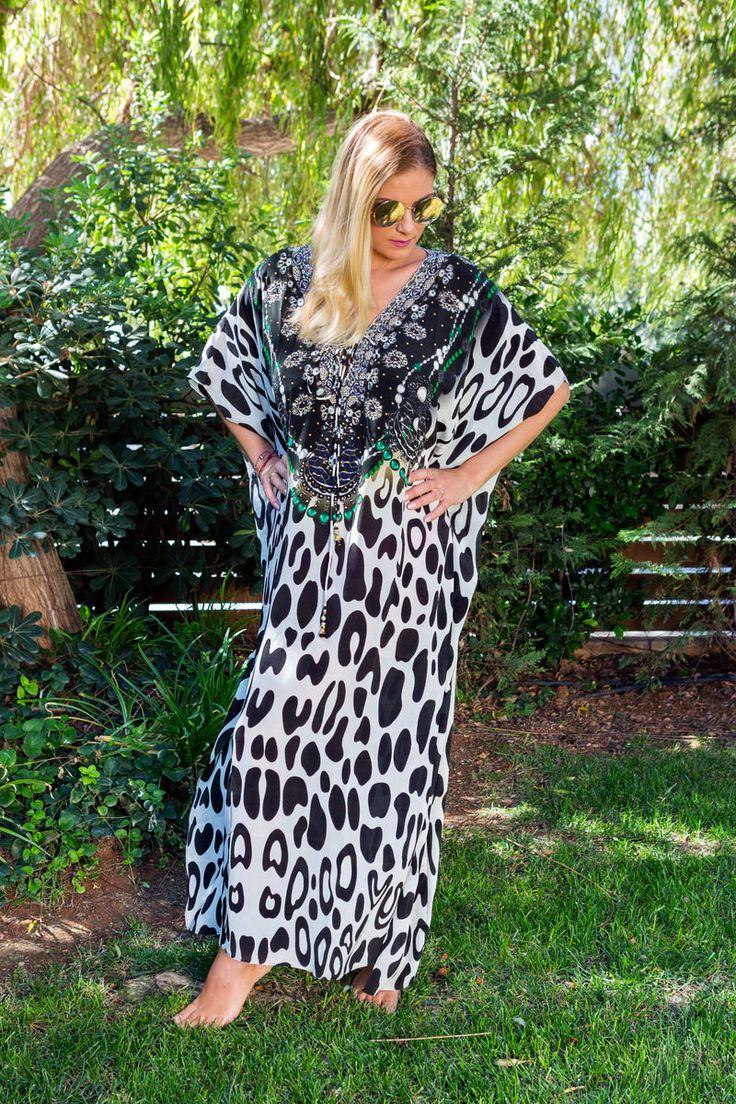 Black-White Cheetah 3 way style καφτάνι  μακρύ , στολισμένο με πολύχρωμες πέτρες  στο  ντεκολτέ , φοριέται με 3 διαφορετικους τρόπους  και μεταμορφώνεται σε φόρεμα .