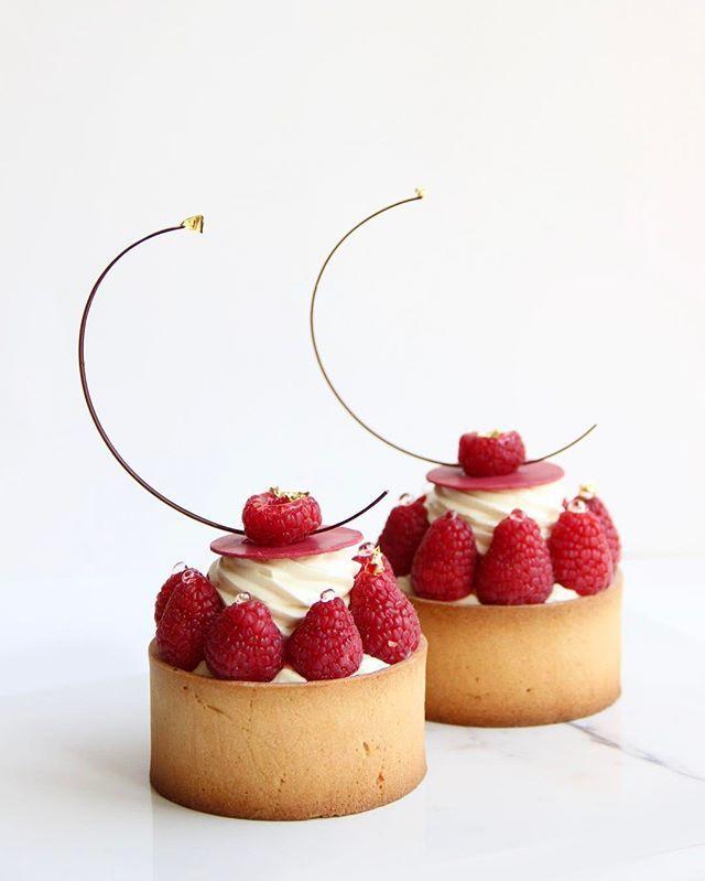 Raspberry tart with choux inside