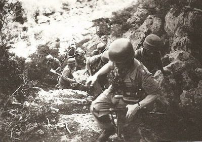 German paratroopers in combat Tunisia (Tunisia) in 1943, soldiers who are facing. MP 40 submachine guns and 9 mm. Weapons of this kind. Especially for paratroopers. The compact is a long way or create problems for the military. To jump out of the plane and onto the ground.