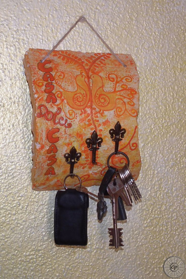 Tegola Sarda Antica dipinta a mano, Casa dolce Casa, con Pavoncelle Arancioni e 3 gancetti portachiavi/porta strofinacci da cucina. TerraIncantada, creazioni made in Sardinia.