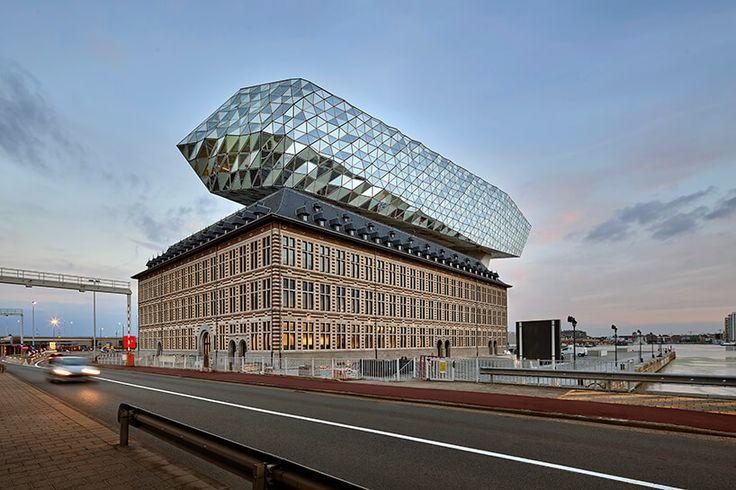 Antwerpen is een spectaculair gebouw rijker. Zaha Hadid zette een futuristische cocon op een oude brandweerkazerne. Het resultaat is het prachtige Havenhuis.