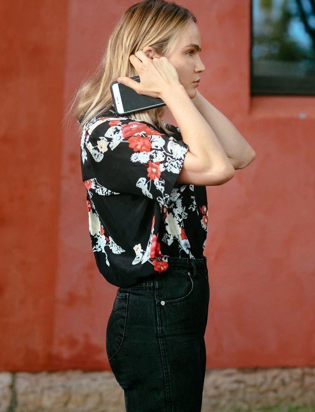 Jean taille haute noire + chemisette à imprimé fleuri sur fond noir = le bon mix (photo Brooke Testoni)